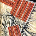 Hafty na koszuli kobiecej - łańcuszkowy, stębnówkowy (strój krzczonowski), rys. Turska J., Polski haft ludowy, Warszawa 1997